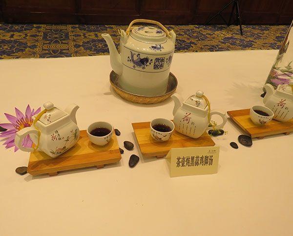 茶壶炖黑蒜鸡脚汤